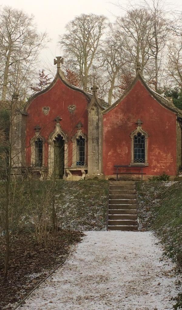 red house painswick snow